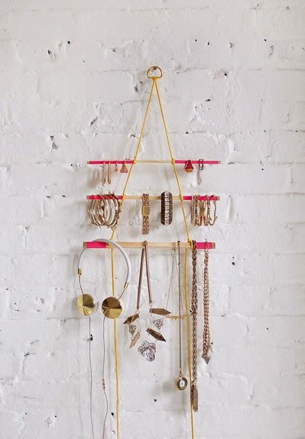 colgador de accesorios con palitos de madera
