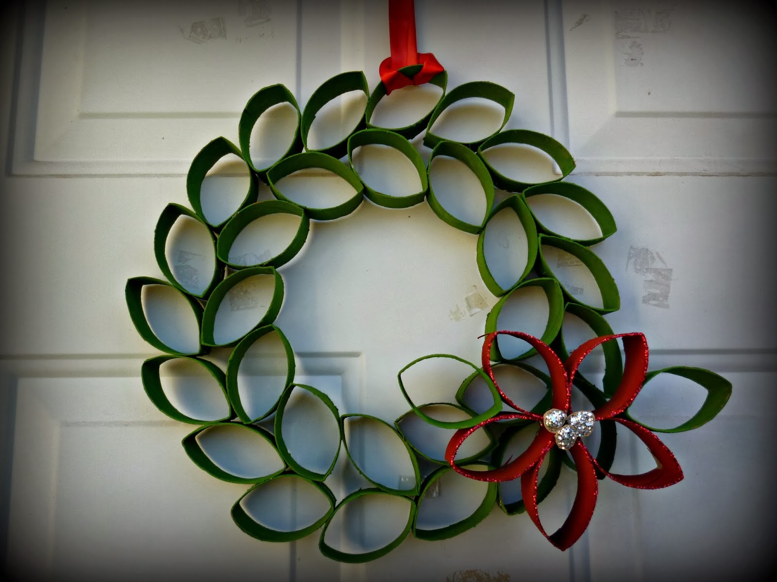 Corona de navidad con rollos de papel diy - Manualidades con rollos de papel higienico navidenos ...